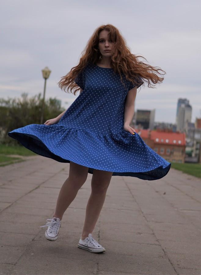 Mėlyna taškuota suknelė su volanu